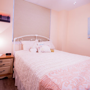 Modelo de habitación de invitados marinera, de tamaño medio, con suelo laminado