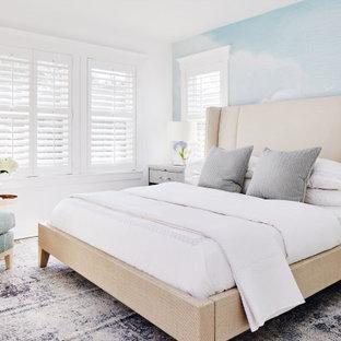 Immagine di una camera degli ospiti stile marino di medie dimensioni con pareti bianche, pavimento marrone, carta da parati e pavimento in legno massello medio