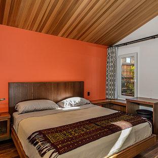 Cette image montre une chambre vintage avec un mur blanc.