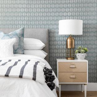 オレンジカウンティのコンテンポラリースタイルのおしゃれな客用寝室 (青い壁、無垢フローリング、茶色い床) のインテリア