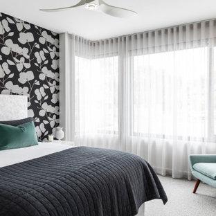 Inspiration pour une chambre avec moquette design avec un mur multicolore, un sol gris et du papier peint.