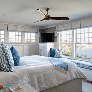 Diseño de dormitorio principal y boiserie, marinero, grande, boiserie, con paredes grises, suelo de madera en tonos medios, suelo marrón y boiserie