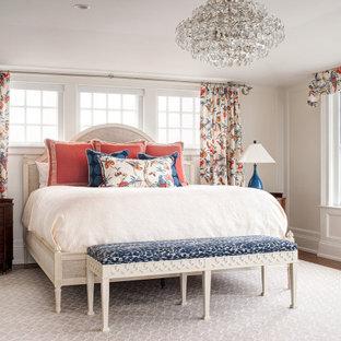 Idee per una grande camera matrimoniale costiera con pareti beige, pavimento marrone e boiserie