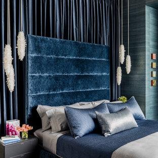 Foto på ett mellanstort funkis huvudsovrum, med blå väggar och heltäckningsmatta