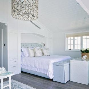 オレンジカウンティのビーチスタイルのおしゃれな寝室 (白い壁、濃色無垢フローリング、茶色い床、塗装板張りの天井、三角天井)