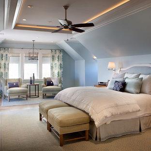 Diseño de dormitorio principal, marinero, grande, con suelo de madera en tonos medios, suelo marrón, paredes azules, chimenea tradicional y marco de chimenea de madera