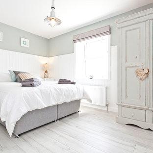 Imagen de dormitorio romántico, de tamaño medio, con paredes grises y suelo gris