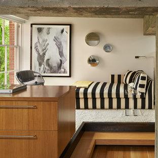 Ejemplo de habitación de invitados industrial, pequeña, con paredes beige, moqueta y suelo blanco