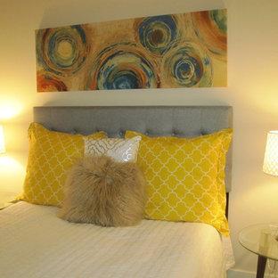 Idées déco pour une chambre moderne de taille moyenne avec un mur blanc et aucune cheminée.