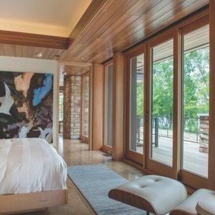 Foto di una grande camera matrimoniale minimalista con pareti beige, pavimento in travertino e nessun camino