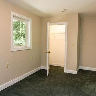 Inspiration för ett mellanstort vintage gästrum, med beige väggar, heltäckningsmatta och grönt golv