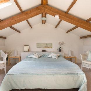 Foto di una camera degli ospiti country di medie dimensioni con pareti bianche e moquette
