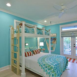На фото: гостевая спальня среднего размера в морском стиле с синими стенами и светлым паркетным полом