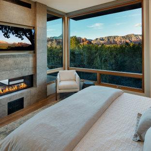 Diseño de dormitorio principal, de estilo americano, con paredes blancas y chimenea de doble cara