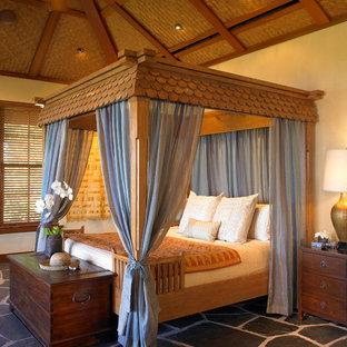Свежая идея для дизайна: спальня в морском стиле с бежевыми стенами и полом из сланца - отличное фото интерьера