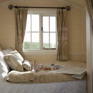 Idéer för ett litet lantligt sovrum, med beige väggar