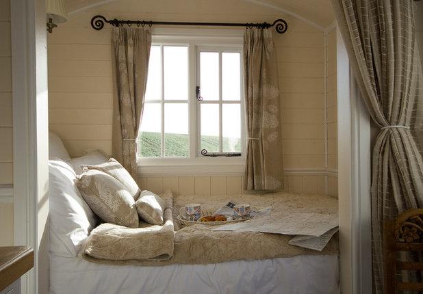 Farmhouse Bedroom by Riverside Shepherd Huts Ltd