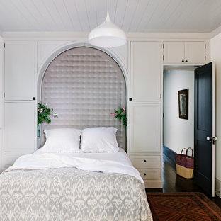 На фото: хозяйская спальня в стиле современная классика с белыми стенами и темным паркетным полом с