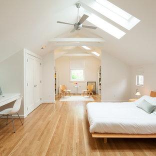 ポートランドの大きいコンテンポラリースタイルのおしゃれな主寝室 (黄色い壁、淡色無垢フローリング) のインテリア