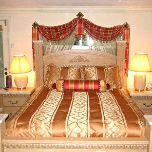 Foto de habitación de invitados clásica, pequeña, con paredes beige y moqueta