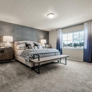 Immagine di una camera degli ospiti country di medie dimensioni con pareti nere, moquette, nessun camino e pavimento grigio