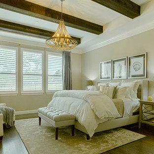 Foto de dormitorio principal, costero, de tamaño medio, sin chimenea, con paredes grises, suelo de madera oscura y suelo marrón