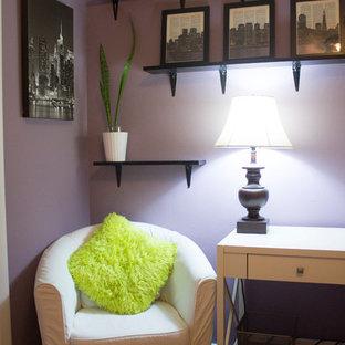 Diseño de habitación de invitados clásica renovada, de tamaño medio, sin chimenea, con paredes púrpuras y suelo de madera en tonos medios