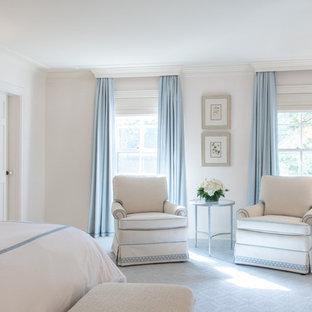 Идея дизайна: большая хозяйская спальня в классическом стиле с серыми стенами, ковровым покрытием и белым полом