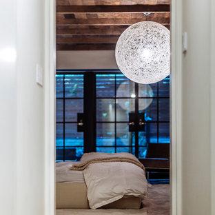 Неиссякаемый источник вдохновения для домашнего уюта: хозяйская спальня в современном стиле с белыми стенами, темным паркетным полом, стандартным камином, фасадом камина из кирпича и белым полом