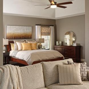 Diseño de dormitorio principal, tradicional renovado, grande, con paredes grises, suelo de corcho y suelo marrón