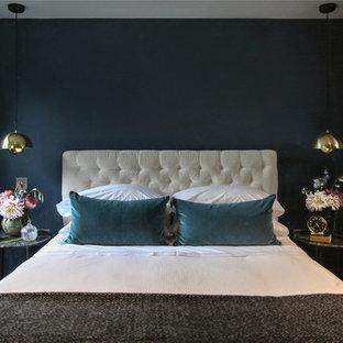 Идея дизайна: маленькая хозяйская спальня в современном стиле с синими стенами, деревянным полом, коричневым полом и подвесным камином