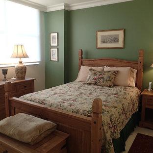 Foto de habitación de invitados campestre, de tamaño medio, sin chimenea, con paredes verdes