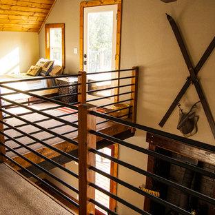 Diseño de dormitorio principal, rural, de tamaño medio, sin chimenea, con moqueta, paredes beige y suelo gris
