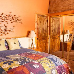 Diseño de dormitorio principal, rural, de tamaño medio, con parades naranjas, moqueta y suelo beige