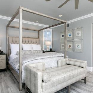Ispirazione per una camera matrimoniale classica di medie dimensioni con pareti grigie, pavimento in gres porcellanato, nessun camino e pavimento grigio