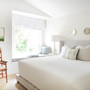 Ejemplo de dormitorio principal, clásico renovado, de tamaño medio, sin chimenea, con paredes blancas y moqueta