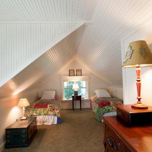 Ispirazione per una camera degli ospiti tradizionale con pareti bianche, moquette e nessun camino
