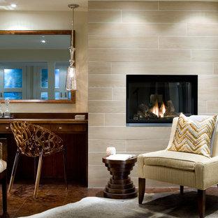 Пример оригинального дизайна: гостевая спальня среднего размера с мраморным полом, подвесным камином, фасадом камина из плитки, коричневым полом и бежевыми стенами