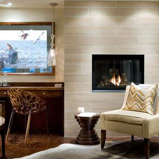 Источник вдохновения для домашнего уюта: гостевая спальня среднего размера с бежевыми стенами, подвесным камином, фасадом камина из плитки, коричневым полом и мраморным полом