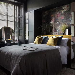Foto på ett mellanstort funkis sovrum, med svarta väggar och svart golv