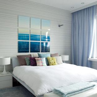 ボストンの中サイズのコンテンポラリースタイルのおしゃれな主寝室 (青い壁、カーペット敷き、青い床) のインテリア