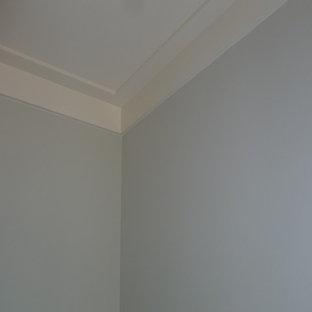Idéer för att renovera ett mellanstort amerikanskt huvudsovrum, med blå väggar och mellanmörkt trägolv