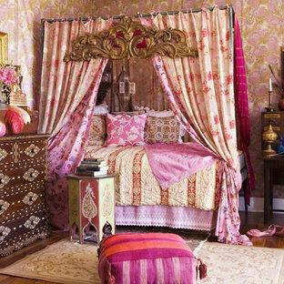 Идея дизайна: спальня в восточном стиле с разноцветными стенами и паркетным полом среднего тона