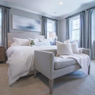 オレンジカウンティの広いシャビーシック調のおしゃれな主寝室 (グレーの壁、カーペット敷き、ベージュの床) のインテリア