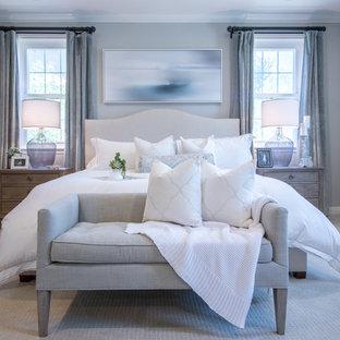 На фото: с невысоким бюджетом большие хозяйские спальни в стиле шебби-шик с серыми стенами, ковровым покрытием и бежевым полом