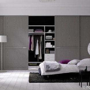 Foto på ett litet shabby chic-inspirerat sovrum, med vita väggar och ljust trägolv