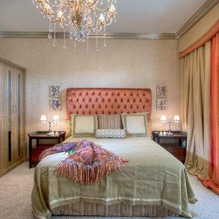 Idéer för ett stort shabby chic-inspirerat huvudsovrum, med beige väggar, heltäckningsmatta och beiget golv