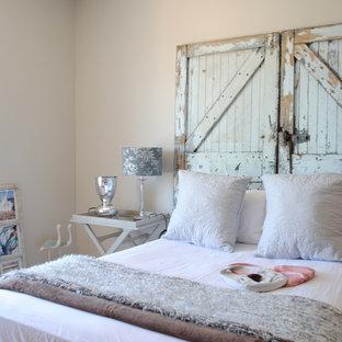 Foto de dormitorio romántico con paredes beige