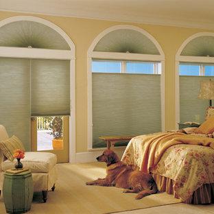 Foto de dormitorio principal, clásico, grande, sin chimenea, con suelo de baldosas de cerámica, paredes amarillas y suelo beige