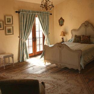 オレンジカウンティの広いシャビーシック調のおしゃれな主寝室 (ベージュの壁、濃色無垢フローリング、茶色い床、暖炉なし) のレイアウト